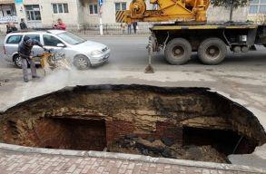 Kráter nyelt el egy autót Râmnicu Sãraton