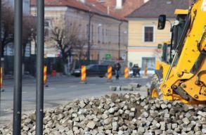 Feltárási engedély nélkül kezdõdött el a kolozsvári fõtér felújítása