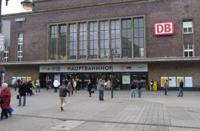 Baltás ámokfutó támadt emberekre Düsseldorfban
