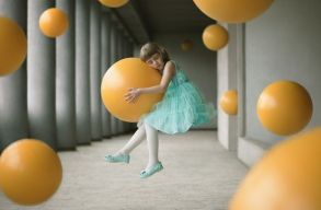 Buborékon álmodó kislány lett a legjobb romániai fotó a Sony World Photography versenyen