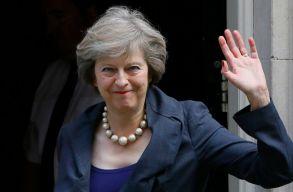 May aláírta a Brexit-levelet, már viszik is Tusknak