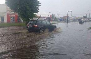Több mint 600 tûzoltó és rendõr beavatkozására volt szükség az esõzések és áradások miatt