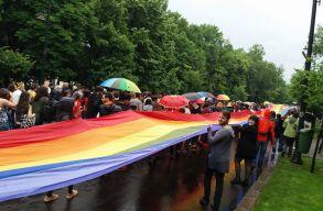 """""""Mások vagyunk, de egyenlõek."""" Zavartalanul zajlott le a Sokféleség menete Bukarestben"""