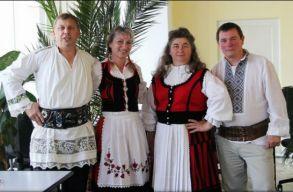 Román és magyar népviseletbe öltözve mentek dolgozni a Hargita megyei munkafelügyelõség alkalmazottai