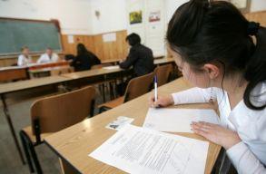 A magyar diákok a speciális tantervnek megfelelõ tételekbõl vizsgáznak 8. és 12. osztály végén
