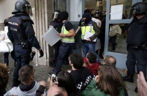 Katalán népszavazás: rohamrendõrök zárták el a bejáratot több szavazóhelyiségnél