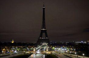 Elsötétült éjszaka az Eiffel-torony a Marseille-i késelés és a Las Vegas-i lövöldözés áldozatainak emlékére