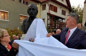 Kós Károlynak és Bartha Miklósnak avattak szobrot a kolozsvári írisztelepi református templom kertjében