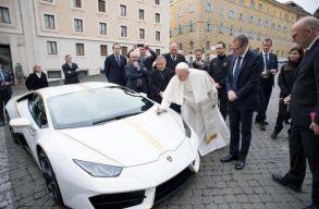 Lamborghini Huracánt kapott ajándékba Ferenc pápa