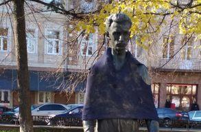 """Csúnyán """"megtréfálták"""" az ungvári Petõfi-szobrot"""