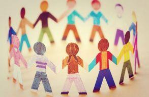 A romániai gyerekeknek majdnem fele van kitéve az elszegényedésnek