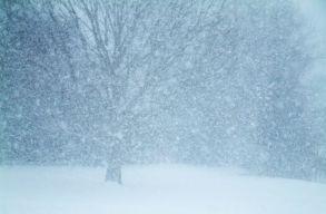 Tizennyolc megyére adtak ki narancssárga színû, hóviharra vonatkozó figyelmeztetést