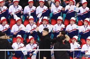 Így reagálnak az észak-koreaiak, ha megjelenik egy Kim Dzsongun-imitátor a hokistadionban