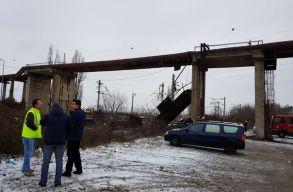 Vasúti sínekre zuhant egy tartószerkezet a Bukarest-Brassó fõvonalon