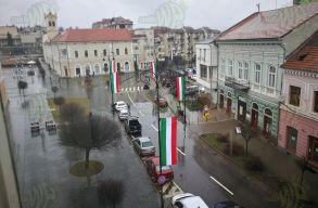 Sepsiszentgyörgy: román zászlókat akar a magyar (olasz?) mellé a prefektus