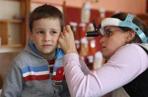 Hatezer orvosi vizsgálatot végzett Erdélyben a gyermekmentõ szolgálat
