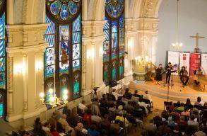 Bevonni a helyi zenészeket és meghívni világhírû együtteseket is