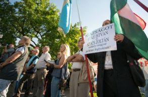 Több százan fejezték ki szolidaritásukat Kézdivásárhelyen a HVIM terrorizmus miatt börtönbüntetésre ítélt tagjaival