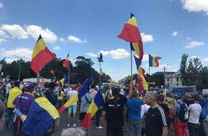 Tízezrek a bukaresti tüntetésen, a csendõrség többször is könnygázt vetett be