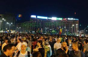 A péntek esti összecsapások után szombaton is tízezrek tüntettek
