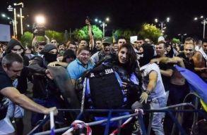 Azonosították a csendõrtõl fegyvert elcsenõ tüntetõt