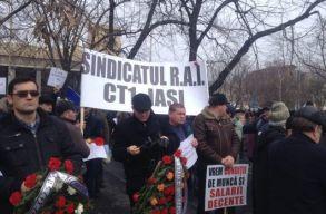 A szállításügyi minisztérium épülete elõtt tiltakoznak a közúti szállítók