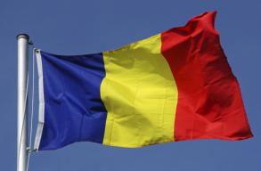 Megbírságolták a nagybaconi polgármestert, amiért a hivatal takarítónõje gyászszalagot tûzött a román zászlóra