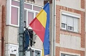 """Ráfaragtak a hátszegiek a """"román zászlókkal"""""""
