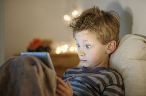 Mégsem árt az alvásnak a túl sok képernyõnézés?