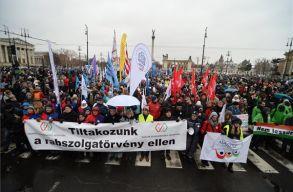 Újra tüntettek Budapesten, országos sztrájkra készülnek