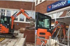 Egy brit férfi nem kapta meg a fizetését, ezért egy markológéppel lerombolta, amit épített