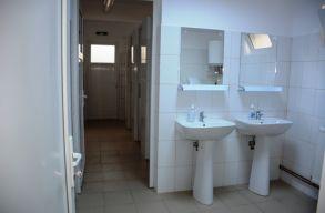 Hetvenmillió lejbõl építenének idén vécéket az iskoláknak