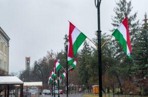 A bíróság érvénytelenítette a sepsiszentgyörgyi ünnepi magyar zászlók miatt kirótt prefektusi bírságot