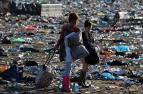 A Glastonbury fesztivál kitiltja a rendezvény területérõl a mûanyag üvegeket
