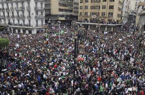 Bouteflika azonnali lemondását követelik a tüntetõk Algériában