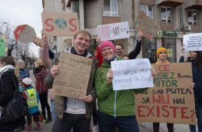 Kolozsváron is tiltakoztak a fiatalok a globális felmelegetést okozó tényezõk ellen