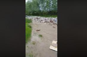 Ilyen az, amikor zsákszámra sodorja a mûanyagszemetet az egyik Argeș megyei folyó