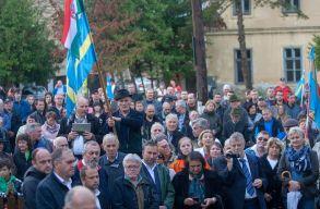 Kézfogás az úzvölgyi temetõért elnevezésû tiltakozó megmozdulást tartottak Csíkszentmártonban