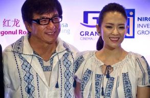 Román hímzett ingben pózolt Jackie Chan és Csang Ce-ji