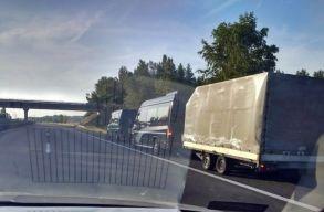 Román rendszámú kisbusz vontatott egy utánfutós kisbuszt Magyarországon
