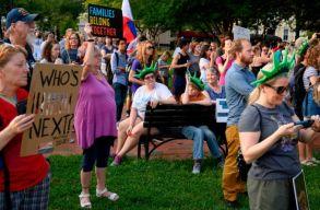Több ezer tüntetõ kéri az a bevándorlók börtöneinek felszámolását Amerikában