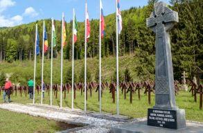 Elie Wiesel Intézet: bár a fasiszták használják, nem fasiszta szimbólum az úzvölgyi temetõbe felállított kereszt