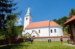 Atyhán felszentelték a tûzvész után újraépített római katolikus templomot