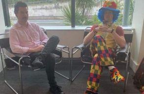 Rájött, hogy ki fogják rúgni a munkahelyérõl, ezért egy bohóccal ment munkába