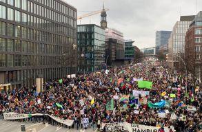 Greta Thunberg a politikusokat vonta kérdõre Hamburgban, több tízezren csatlakoztak a klímatüntetéshez