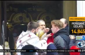 A járvány ellenére is közel száz ortodox hívõt áldoztattak ugyanabból a kanálból Konstancán