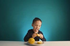 Nézd meg Halmen Jozsó legújabb videoklipjét, és a napi C-vitamin szükségleted kipipálhatod!