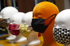 Arafat jó tanácsa: a házi készítésû maszkot minden viselés után ki kell mosni és vasalni!