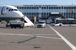Egy repülõgépnyi romániai turistát teszteltek le Krétán a koronavírusra