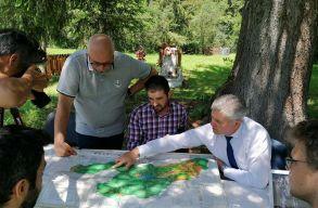 A dormánfalvi polgármester elvitte Úzvölgyébe a Le Monde újságíróit, hogy Trianonról és a hõsökrõl beszélgessenek